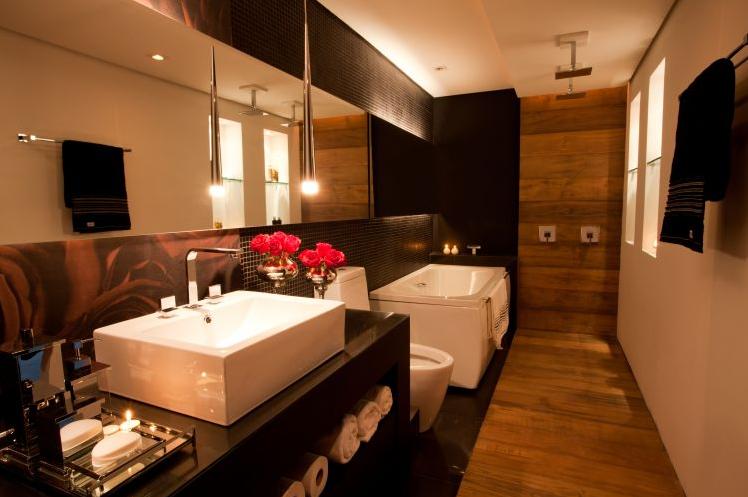 Porcelanato madeira em banheiros e lavabos – veja modelos lindos + dicas!  D -> Decoracao Banheiro Madeira