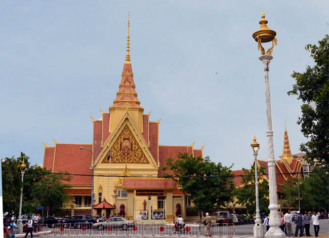 the influences of the khmer rouge regime in cambodia On january 7, 1979, phnom penh fell and pol pot was deposed  evaluate the  impact of the khmer rouge on cambodian society from 1975-1979 cambodia.