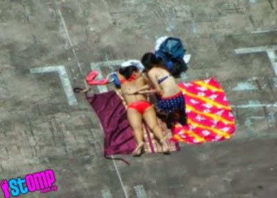 5 Gambar 2 gadis berbikini berjemur di atas bumbung