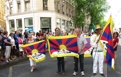 lyon en france  f u00eates consulaires   le drapeau du tibet s