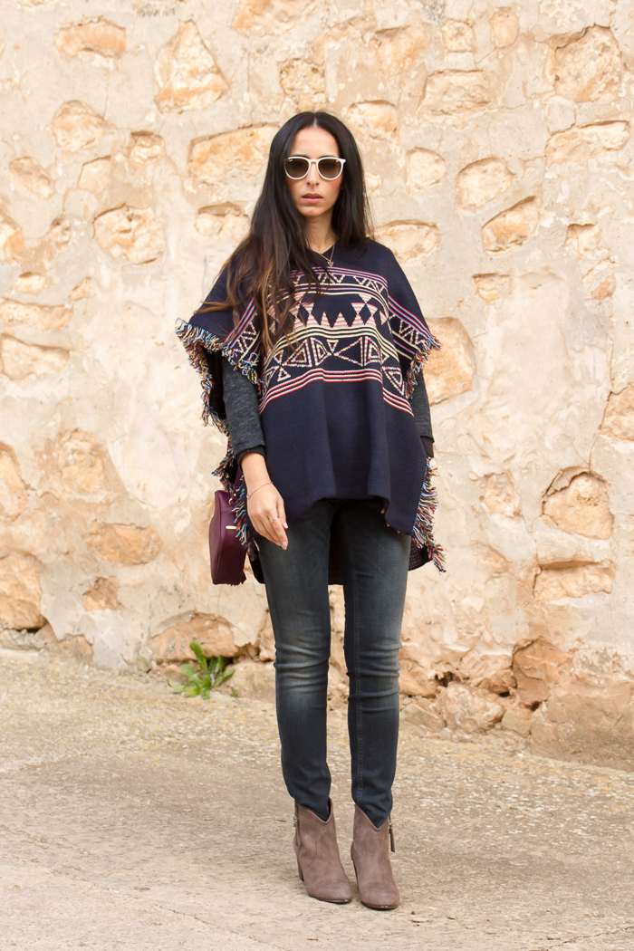 Combinar poncho de lana tribal con jeans push up modelo Monie de Meltin' Pot y botines camperos