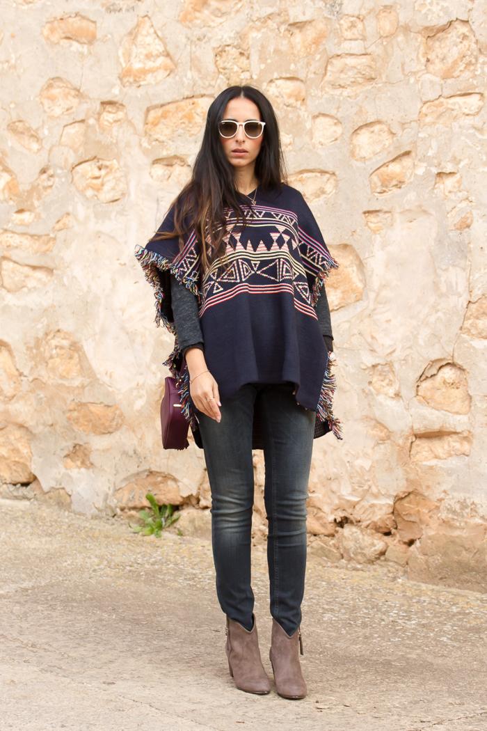 Combinar poncho de lana tribal con jeans push up modelo Monie de Meltin' Pot y botines camperos