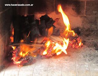 encendiendo el carbón para el asado