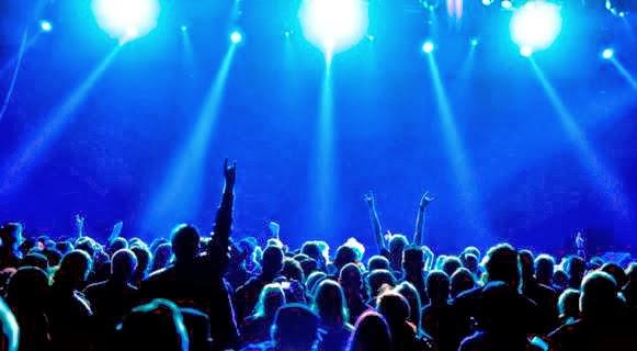 Concierto (luces azules iluminan al público)