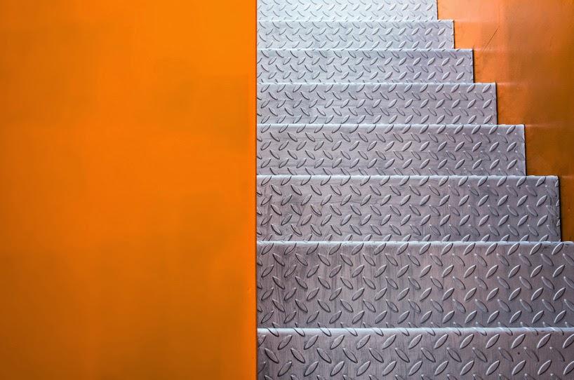 Hungarian loft with zingzagging light ribbon arc art for Piani di loft di stoccaggio garage