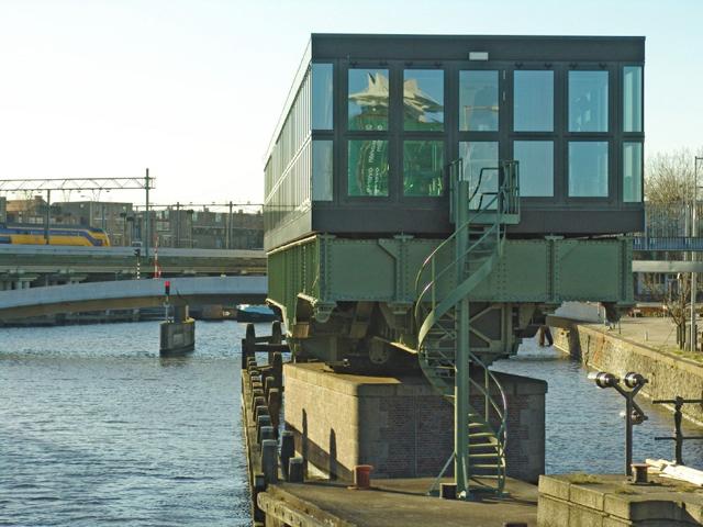 Ponte giratória é transformada em restaurante