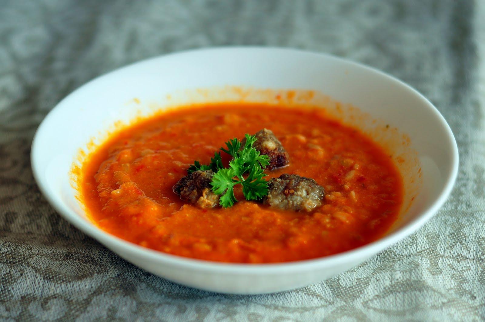 širšių Lizdas Pomidorų Sriuba Su Mėsos Kukuliais