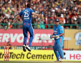 Steven-Finn-MS-Dhoni-5th-ODI-India-vs-England-Dharamsala