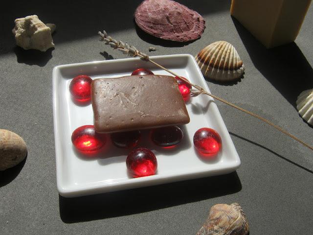 Jabón de chocolate en jabonera
