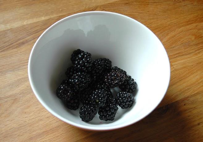 En skål med mörka björnbär