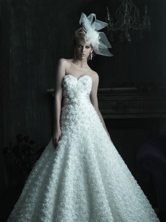 Elegantes Kleid mit reinen Linien und leichten Draperien