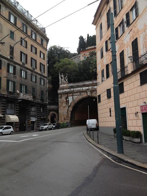 先に見えるトンネルの左にある ...