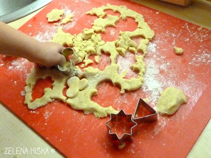 izrezovanje piškotov v testo za piškote