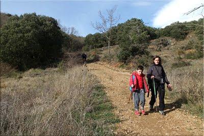 ... y muy bien acompañado llega Manolo, el benjamín de la expedición