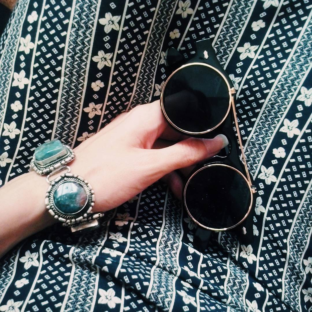 falda-larga-pulsera-plata-gafas-vintage