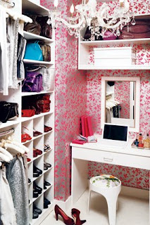 pink wall paper and chandelier in closet @perfect-home.blogspot.pt