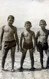 TRES AMIGOS EN LA PLAYA AÑO 1962