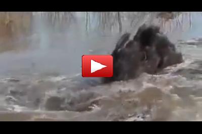 Fenomena Pelik Pusaran Air Sungai Menyedut Apa Sahaja - Video