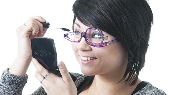 بالصور .. إبتكار نظارة تساعد النساء على وضع مكياج العينين