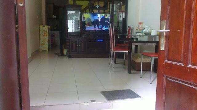 Phòng khách tại tầng 1 trong căn nhà thổ cư giá rẻ Hồ Tùng Mậu, Cầu Giấy, HN