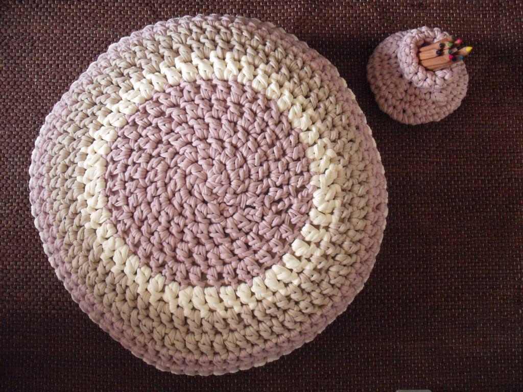 Capa para puff feita em croché nuns bonitos tons pastel.Uma  #8E5E3D 1024x768
