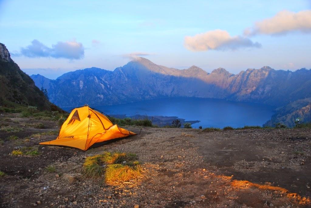 gunung rinjani terletak di pulau lombok nusa tenggara timur rinjani memilki tinggi 3 726 mdpl dan merupakan gunung tertinggi nomor indonesia