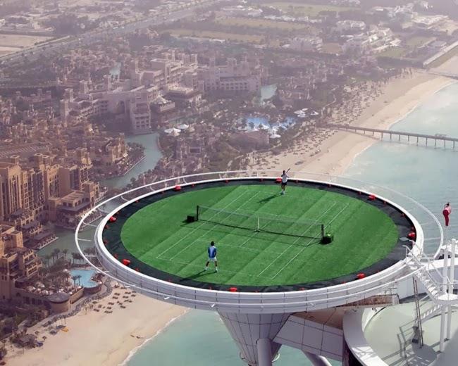 Теннисный корт на самом высоком здании города Дубаи Бурдж-Халифа. Дубаи, ОАЭ.