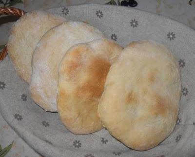 Cesta con pan pita.