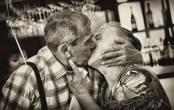 чёрно-белое фото целующийся пожилой пары