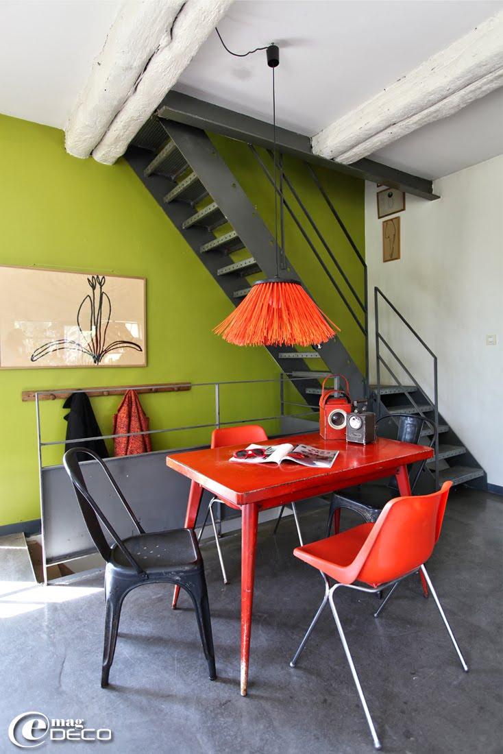 Dans un intérieur restauré par l'architecte Martin Dekester, une suspension Pollux, créée par Esperluettes