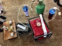ouvir a Jovens nigerianas criam gerador de energia à base de urina