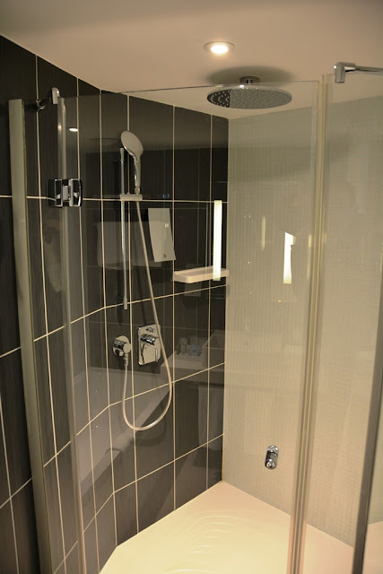 Suite Novotel Paris rain shower