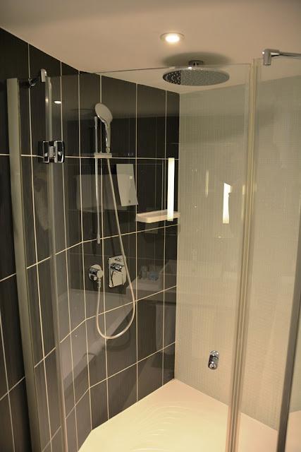 Suite Novotel Paris rain shower