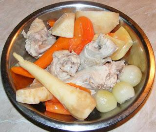 carne de pui si legume fierte pentru ciorba radauteana originala preparare, retete cu pui, preparate din pui, retete culinare, retete de mancare, retete cu carne de pui, carne fiarta, ingrediente ciorbe, ingrediente ciorba radauteana,