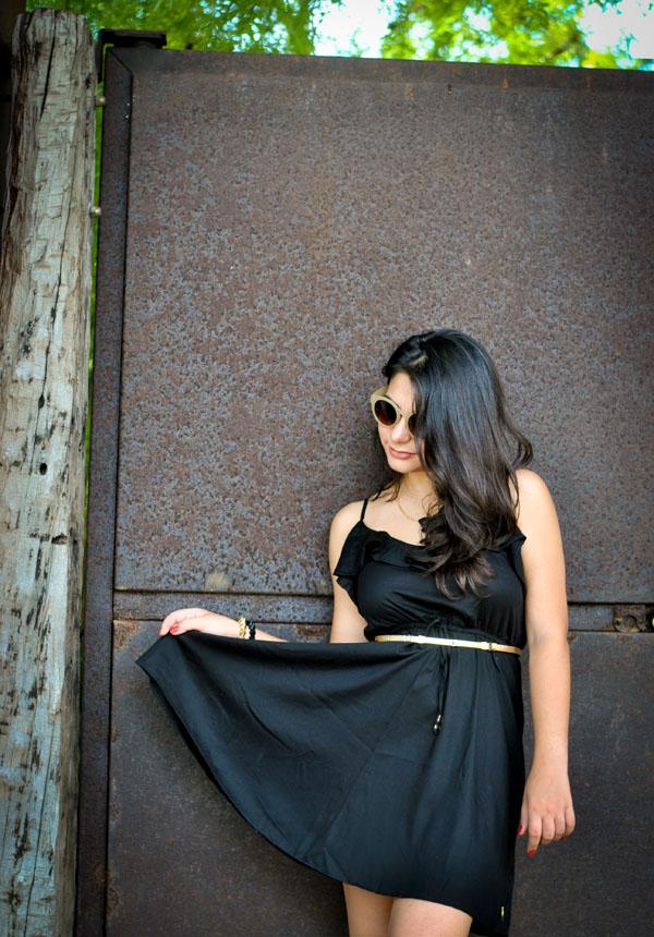 Look Bárbara Urias: Vestido evasé preto de babado Boundless