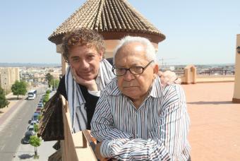 Juan Carlos Mestre y Lêdo Ivo (con gafas), en una azotea de Córdoba