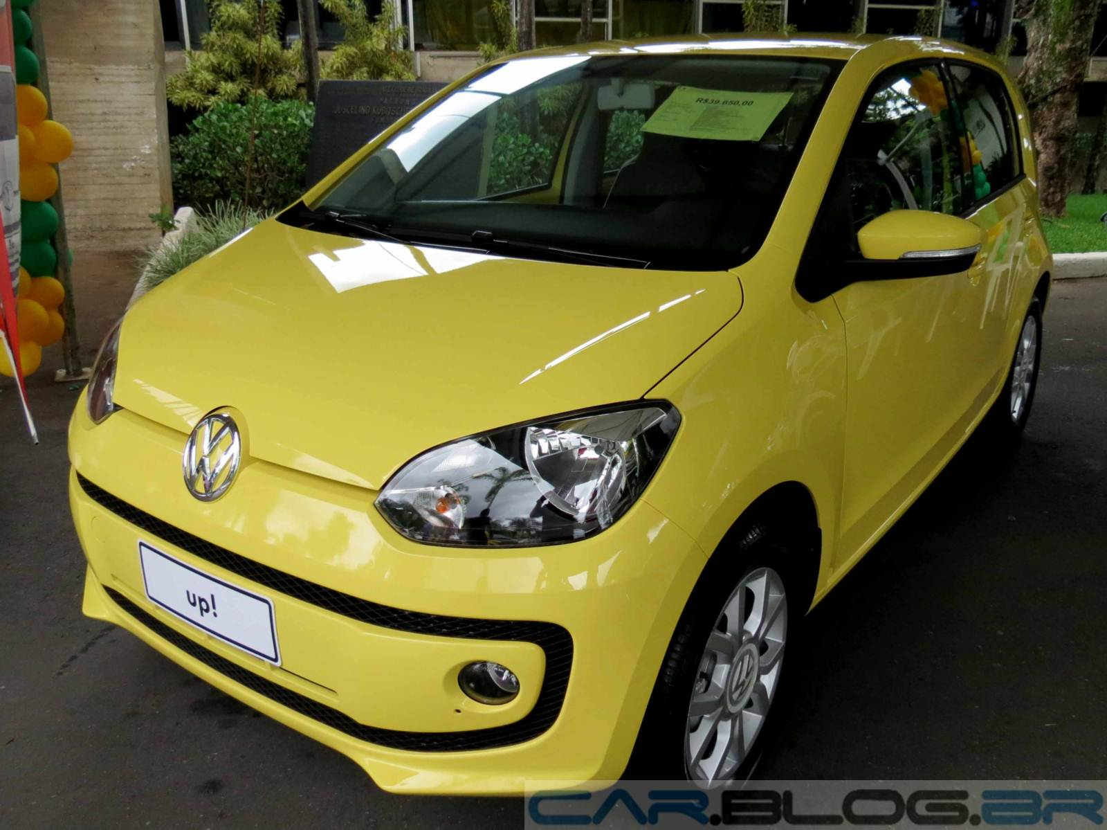 Volkswagen up! High up! - amarelo saturno