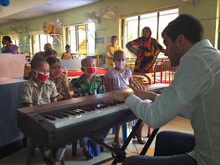 Panos Karan playing for Cancer patients in Kolkata, India