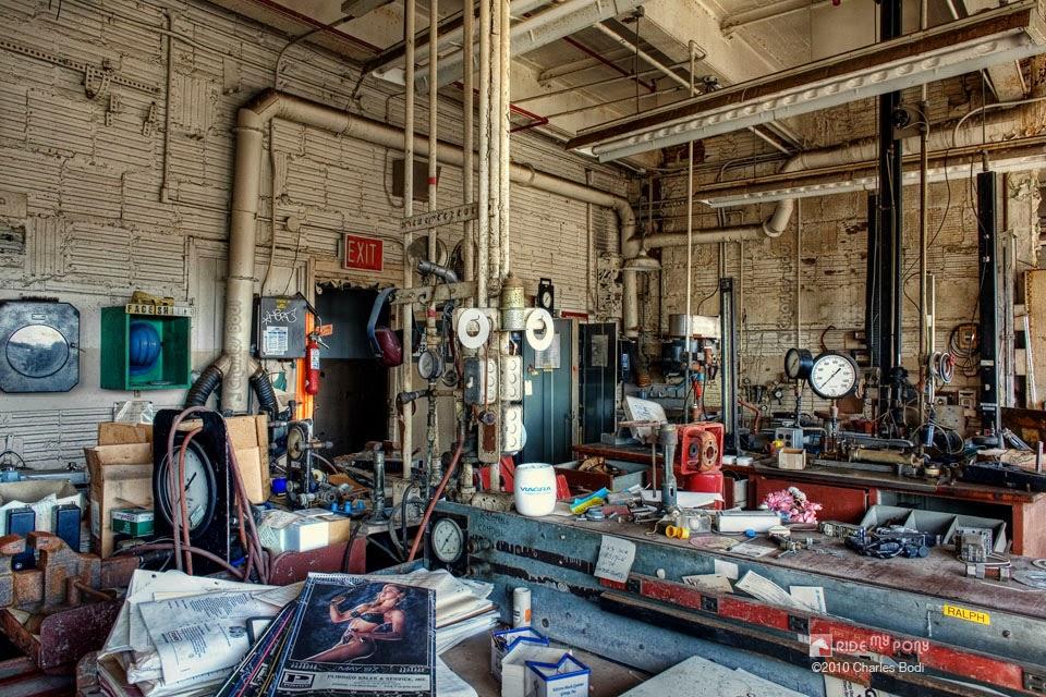 photo de charles bodi representant un atelier abandonné