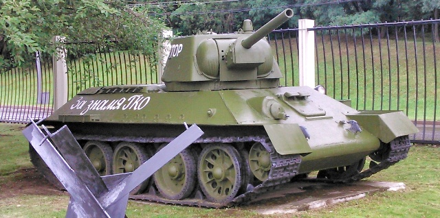 Tanque ruso junto a obstáculo antitanque