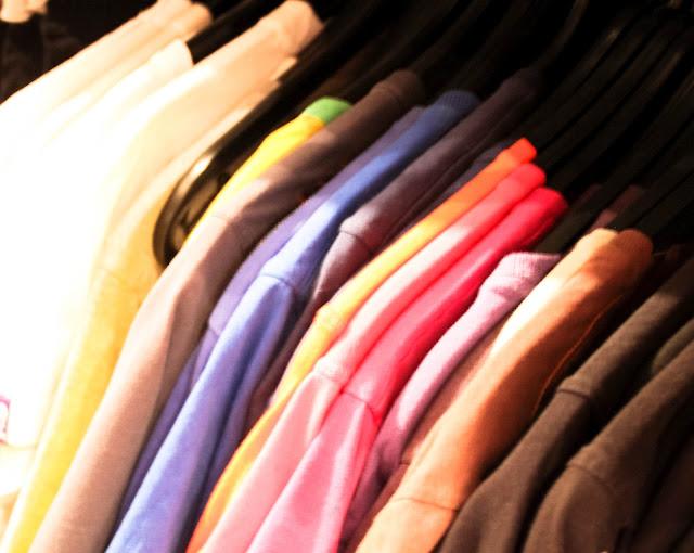 T-Shirts nach Farbe sortiert