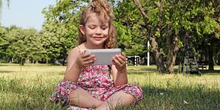 Tips Bijak Menggunakan Gadget di Depan Balita dan Anak