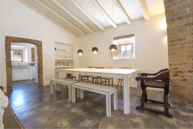 Casa de campo con un interior contemporáneo chicanddeco