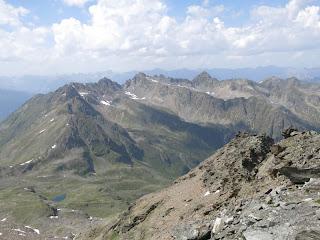 Rückblick: etwas links der Bildmitte Wildgrat, links davon Riegespitze und in Draufsicht Ludwigsburger Grat mit Schafhimmel