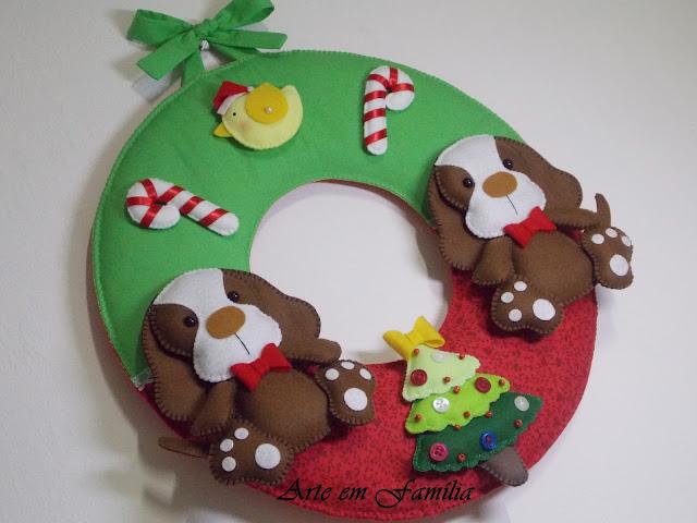Guirlanda confeccionada em tecido de algodão com cachorrinhos em feltro. Detalhes com laços e botões.  Uma linda opção de decoração para a entrada da casa nesse Natal, ou também para presentear com uma peça totalmente feita à mão.