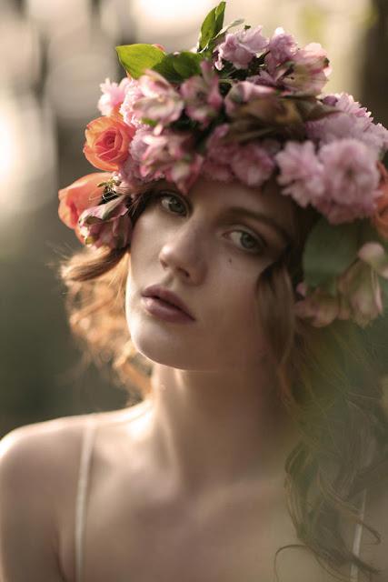 virágkoszorú a hajban