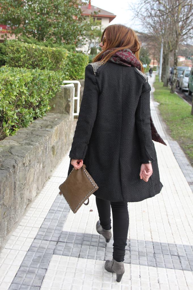 pitillos-y-abrigo-negro
