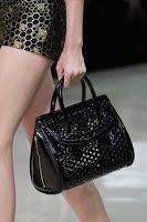 Черна чанта от перфорирана кожа, дизайн Alexander McQueen