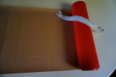 vintage 1960 1970 60s 70s années 60 70 mod twiggy bag Rappelez vous le rouleau de vinyl orange trouvé en brocante ici : ici , je vous dis , et bien voilà un premier sac de fait ... maintenant j'aimerais trouver un vrai patron, parce que se servir d'assiette et de moule à tarte pour tracer le modèle , c'est quand même pas jojo .   Remember the vintage orange vinyl roll I found in yard sales here  and now a first bag , round shape  ... I would like to find a real pattern because i used plate and pie tin for the model , and it's a bit rough