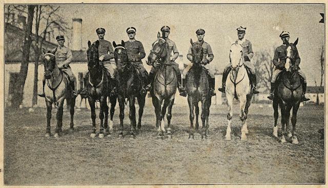 Trzeci z lewej rotmistrz H. Dobrzański podczas przygotowań ekipy do konkursu w Nicei w 1925 roku. Fotografia N. Pełczyńskiego - Kurier Warszawski nr 74 z 1925 r. Gazeta w zbiorach JL.
